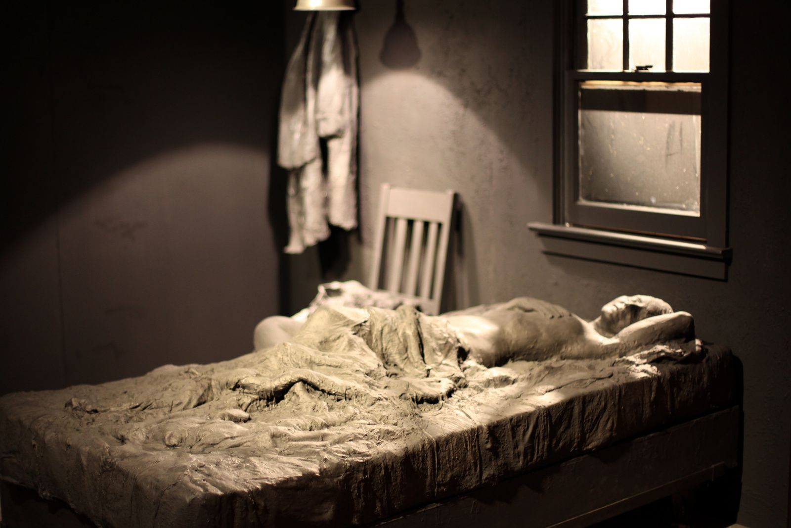 """Early Morning: Woman Lying on Bed"", 1992 de George SEGAL - Courtesy Galerie Templon © Photo Éric Simon"