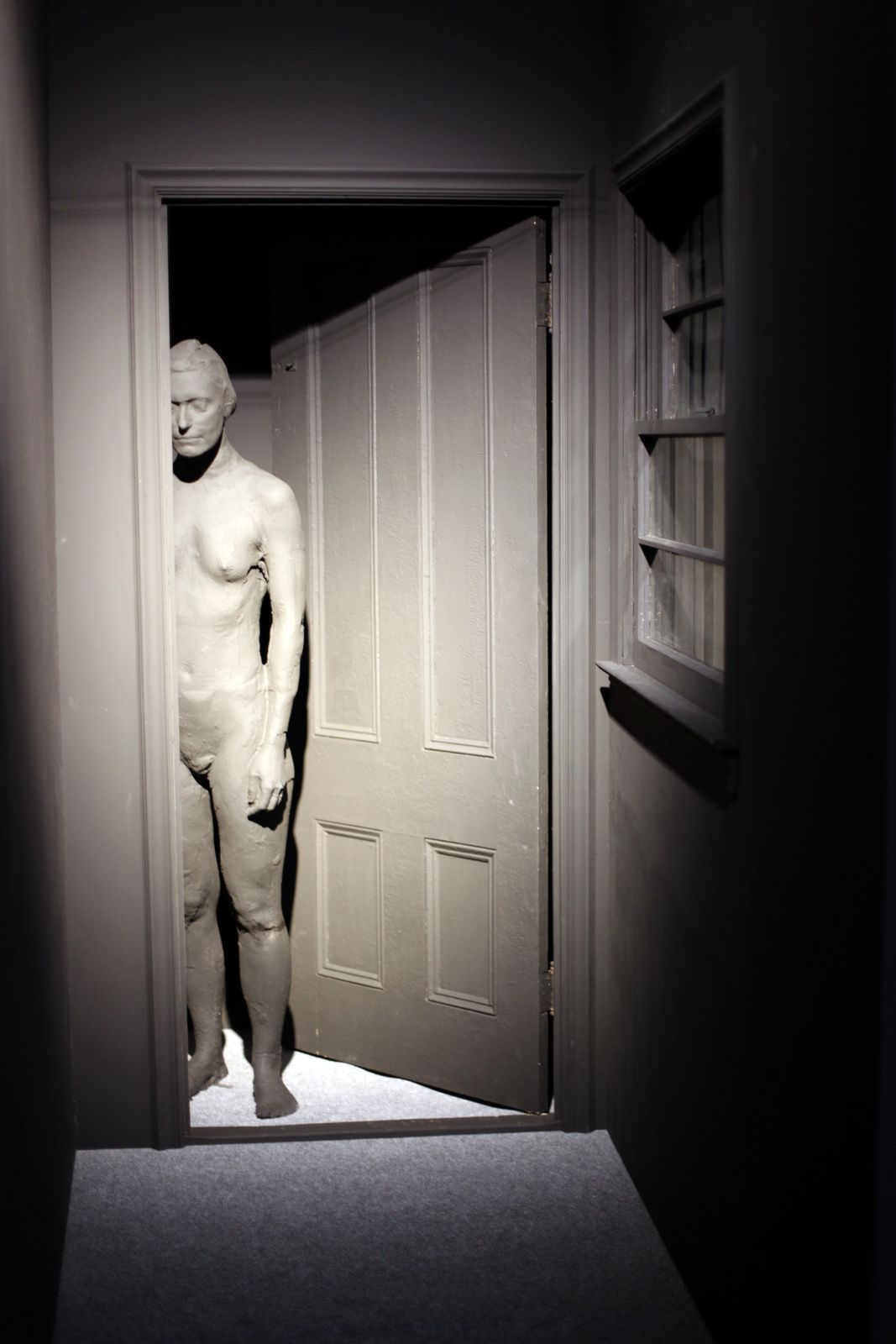"""Woman Standing in the Doorway"", 1993 de George SEGAL - Courtesy Galerie Templon © Photo Éric Simon"