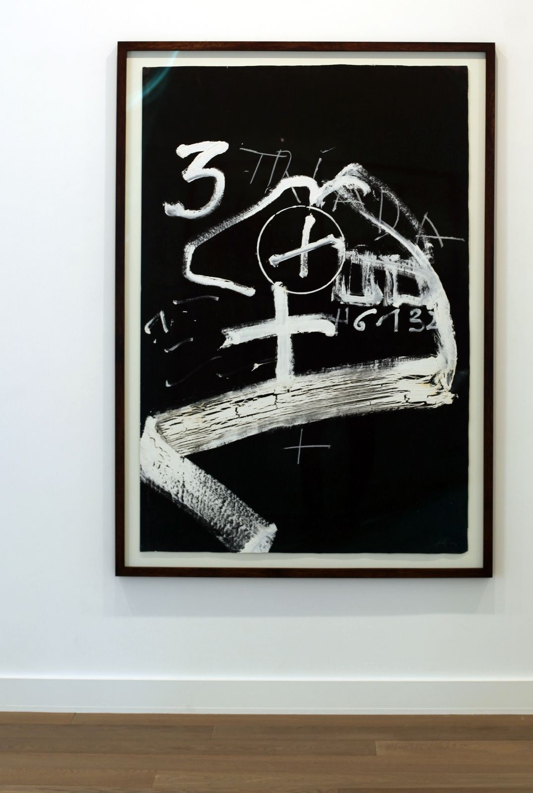 """Signes blancs sobre fons negre"", 1994 d'Antoni TÀPIES - Courtesy Galerie Lelong © Photo Éric Simon"