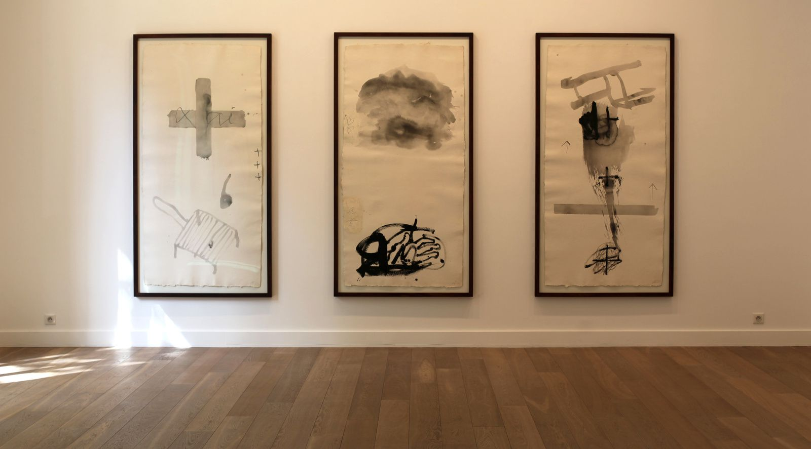 """Paper vertical I, II, III"", 1999 d'Antoni TÀPIES - Courtesy Galerie Lelong © Photo Éric Simon"