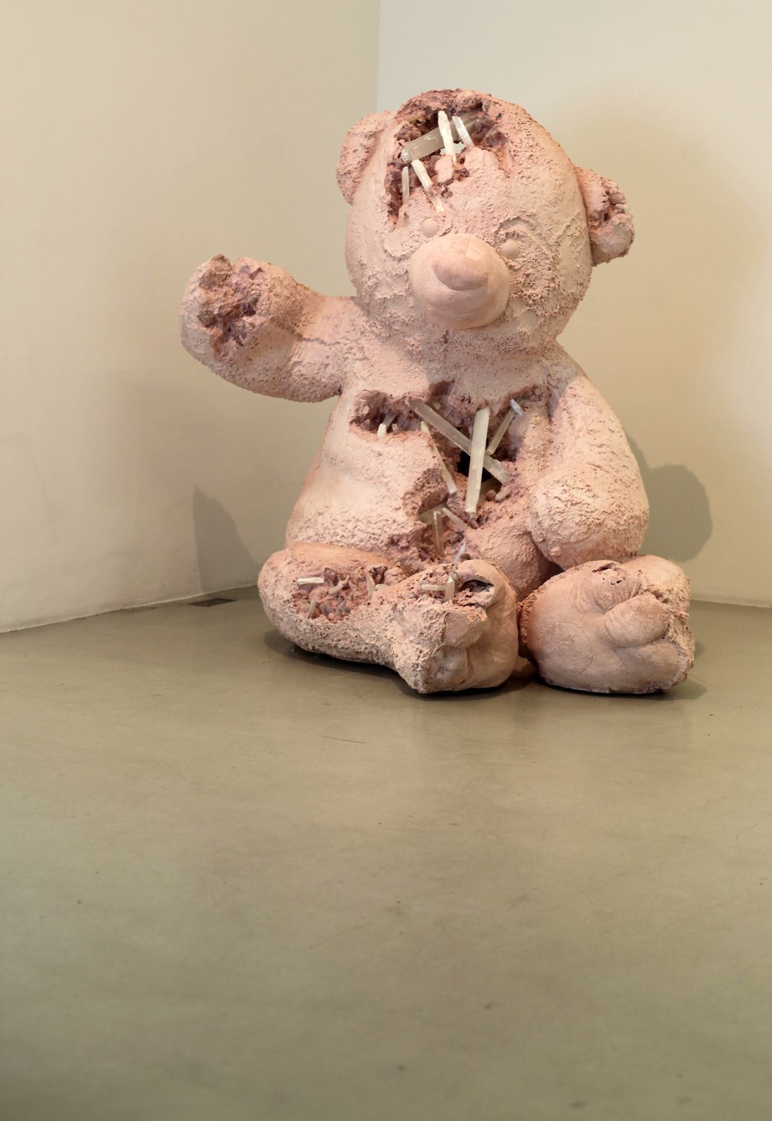 """Selenite and Rose Quartz Eroded Bear"", 2017 de Daniel ARSHAM- Courtesy Galerie PERROTIN © Photo Éric Simon"