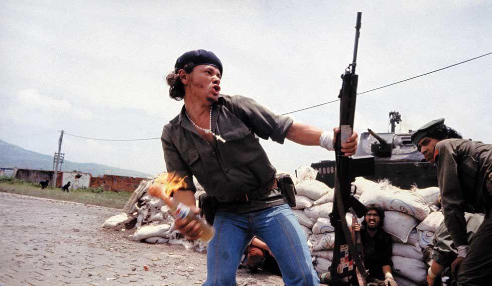 """""""Sandinistes aux portes du quartier général de la garde nationale Esteli, Nicaragua"""", 1979 de Susan MEISELAS - Courtesy de l'Artiste et Magnum Photos"""