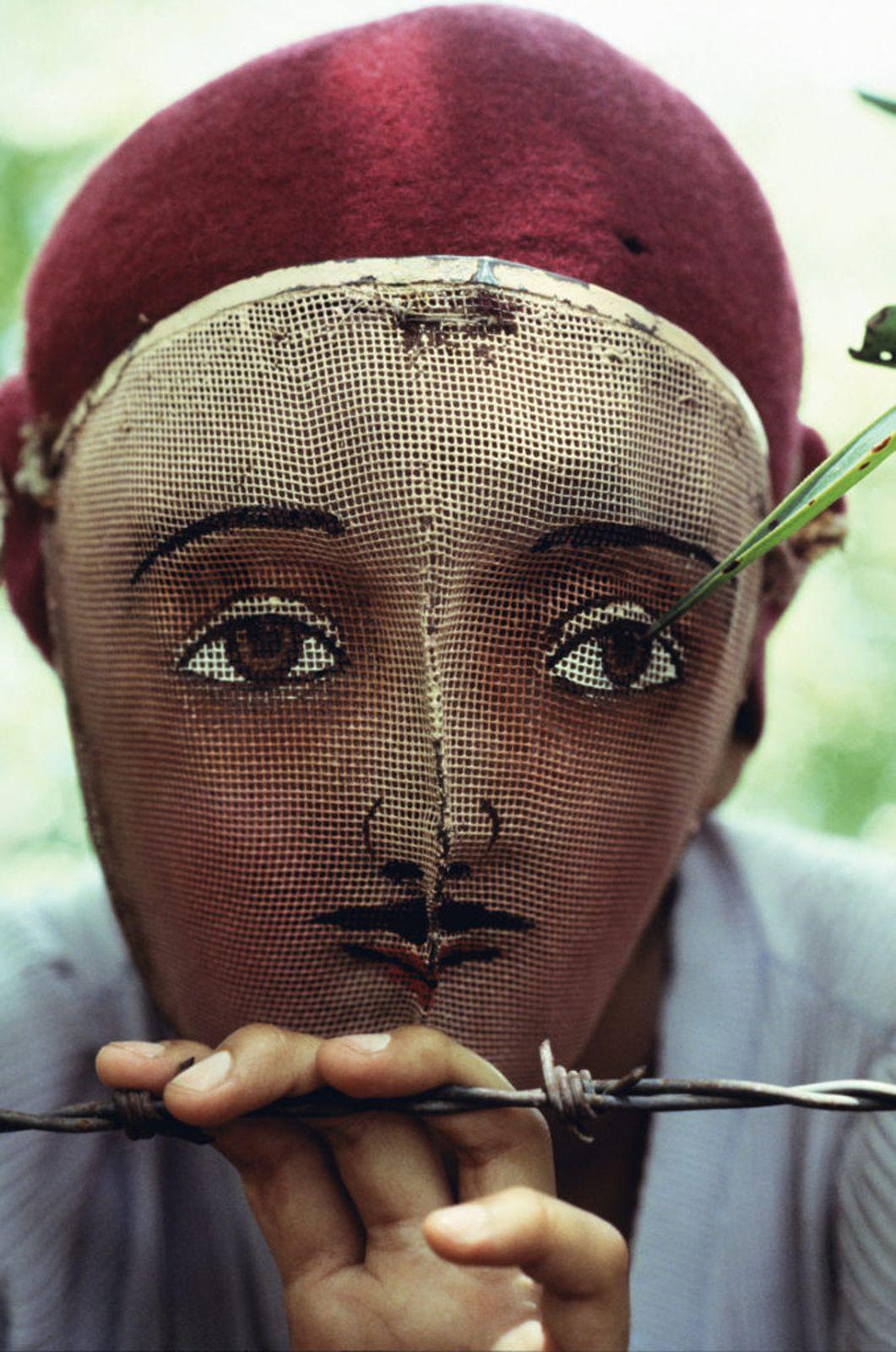"""""""Masque traditionnel utilisé lors de l'insurrection populaire, Masaya, Nicaragua"""", 1978 de Susan MEISELAS - Courtesy de l'Artiste et Magnum Photos"""