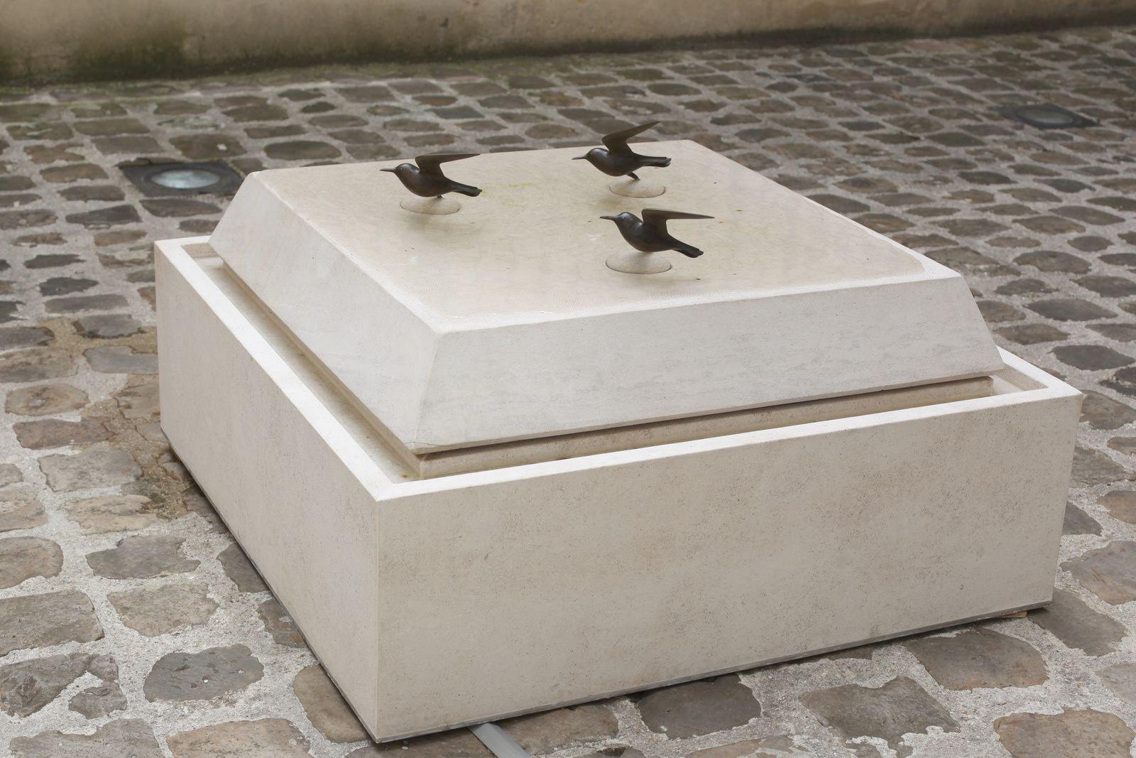 """""""Fontaine aux trois oiseaux sur la plage"""", 1995 de Françoic Xavier LALANNE - Courtesy Galerie Mitterrand © Photo Éric Simon"""