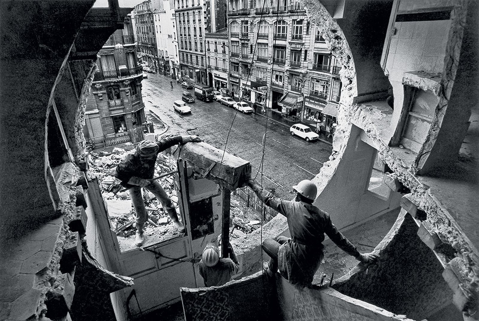 """Gordon Matta-Clark et Gerry Hovagimyan travaillant à Conical Intersect"", 1975 de Gordon MATTA-CLARK - Courtesy de l'Artiste"