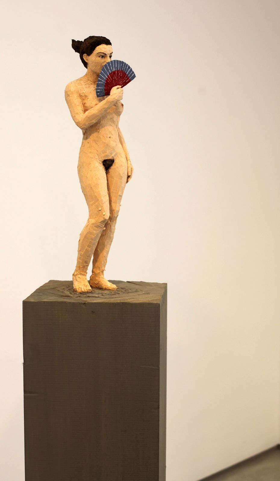 """Femme à l'éventail"", 2018 de Stephan BALKENHOL - Courtesy galerie Ropac © Photo Éric Simon"