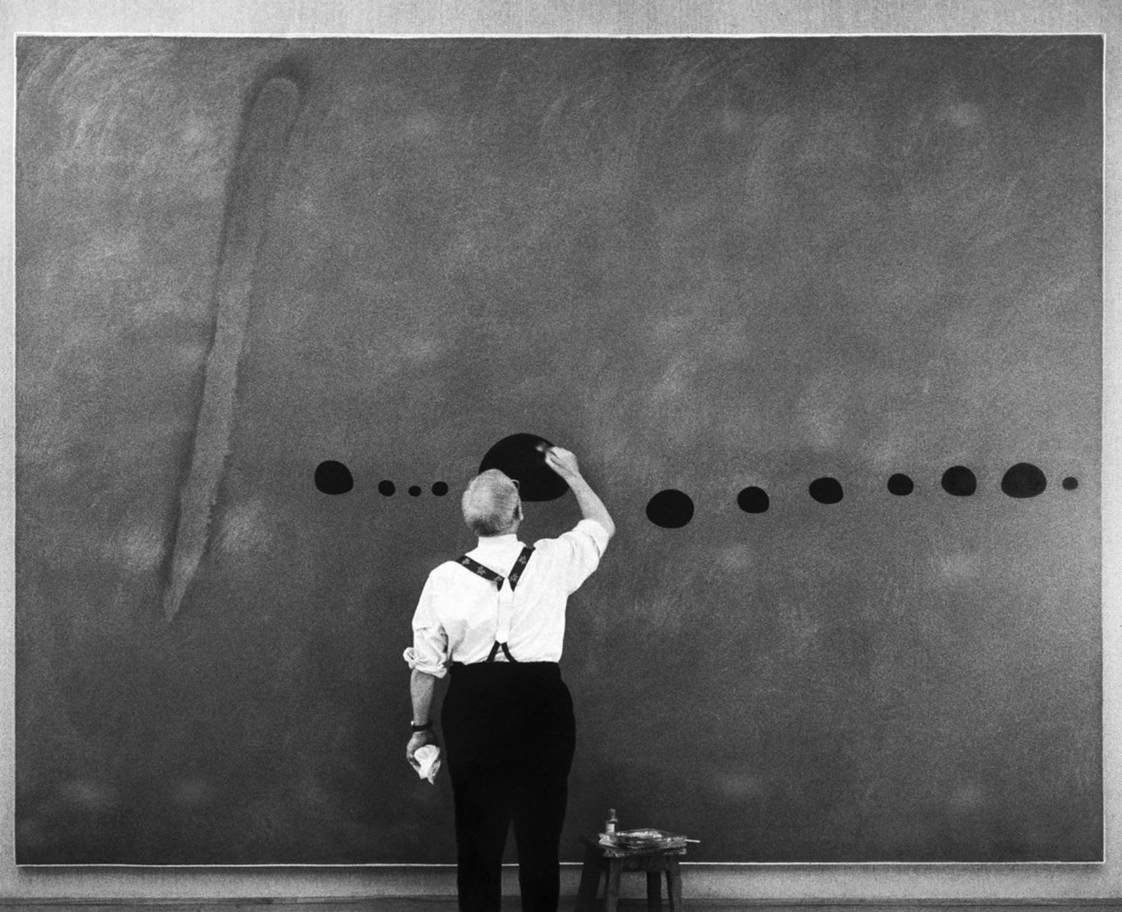 """Miro retouchant bleu (II)""  Anonyme -  Courtesy Galerie Maeght, Paris 1961"" Photo Successió Miró Archive"