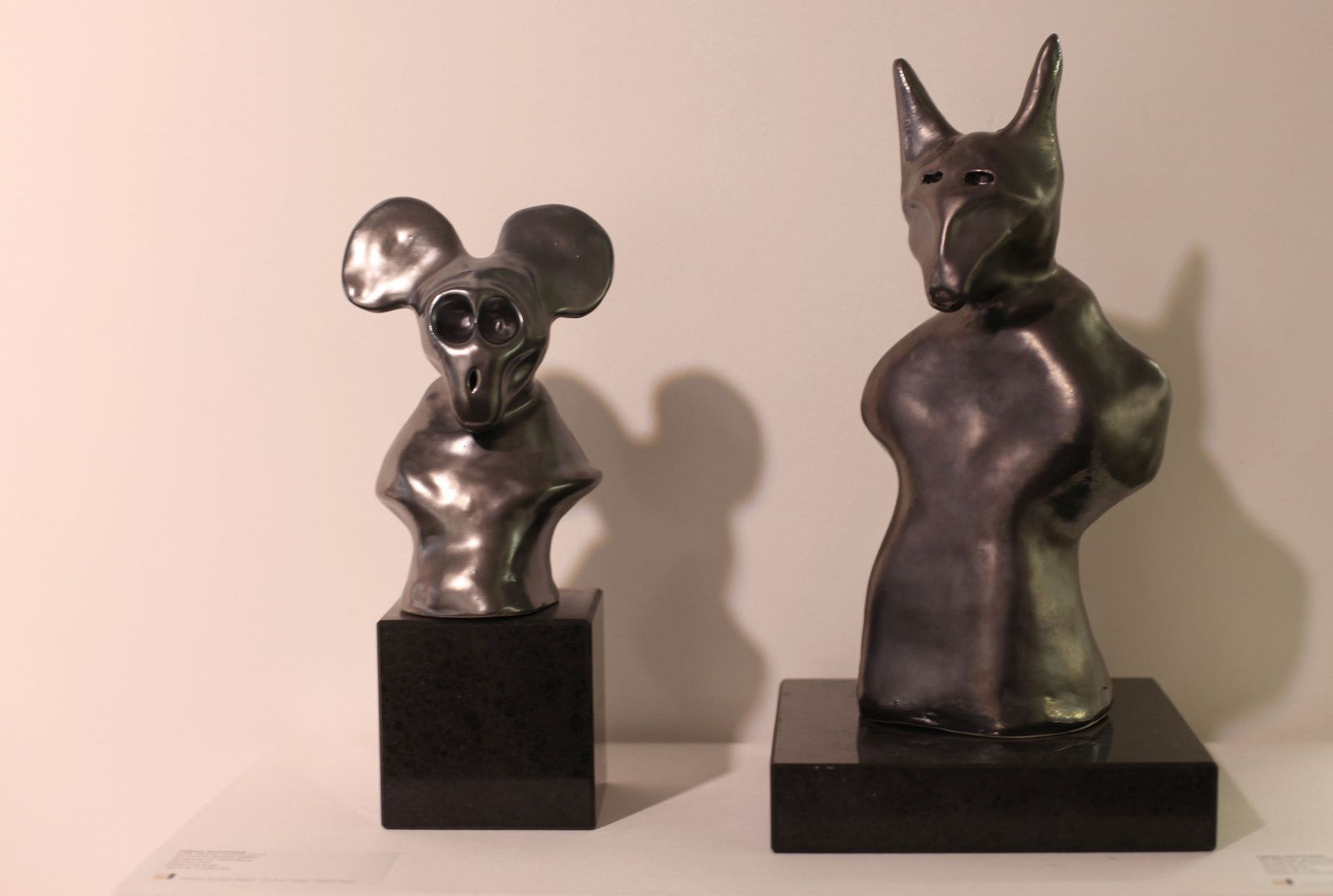 """Little Mickey revisité"", 2017 et ""Big Batman revisité"", 2017 de Fabien VERSCHAERE - Courtesy Galerie Brugier-Rigail © Photo Éric Simon"