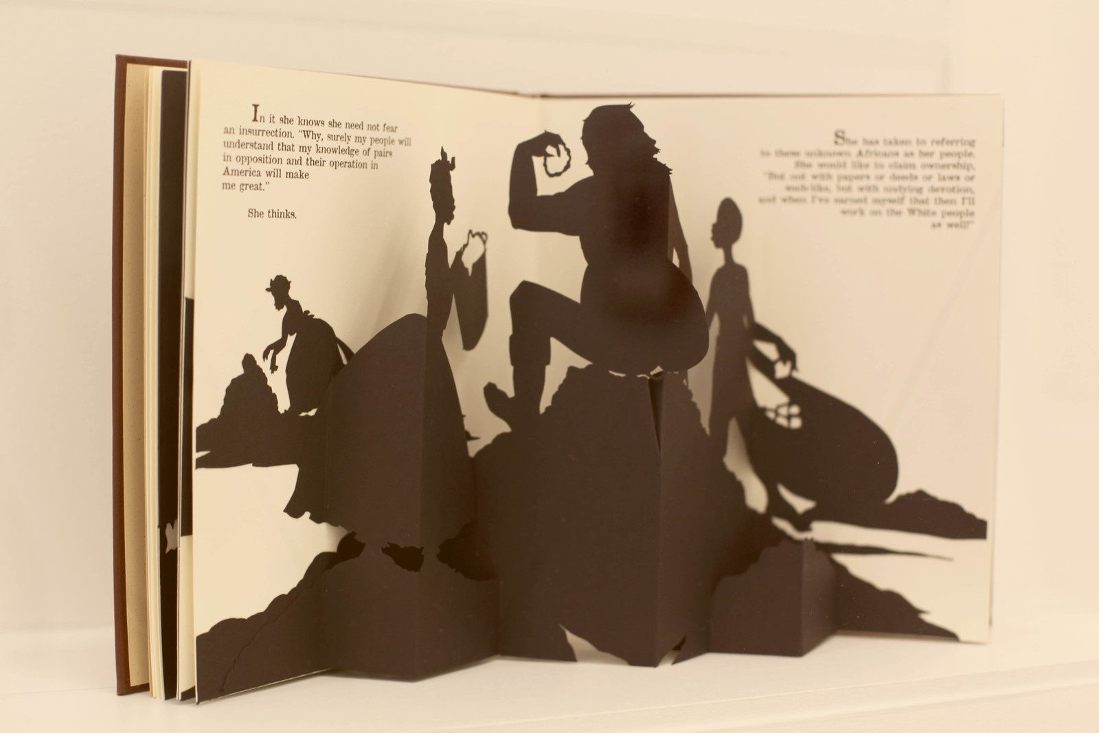 """Freedom, a fable: A curious Interpretation of the Wit of a Negress in troubled Times"", 1997 de Kara WALKER - Courtesy Galerie Italienne © Photo Éric Simon"