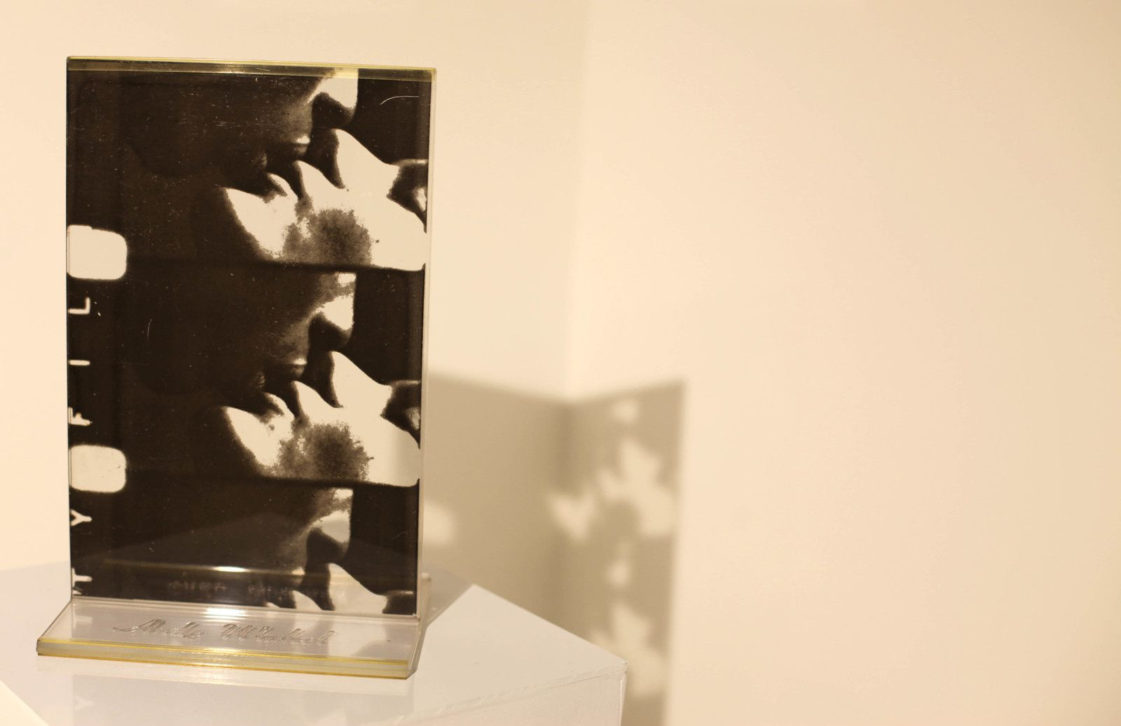 """""""Kiss, from seven objects in a box"""", 1966 de Andy WARHOL - Courtesy Galerie Italienne © Photo Éric Simon"""