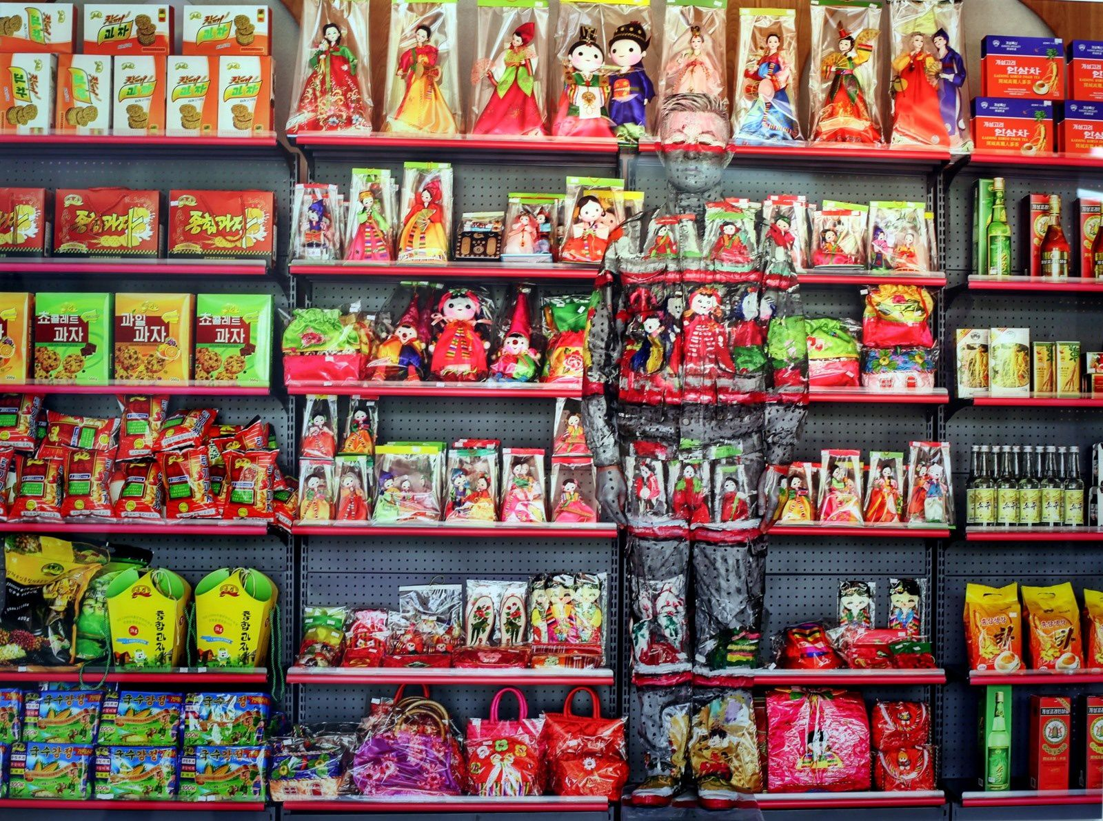 """Supermarket Pyongyang"", 2018 de Liu BOLIN - Courtesy Galerie Paris-Beijing © Photo Éric Simon"