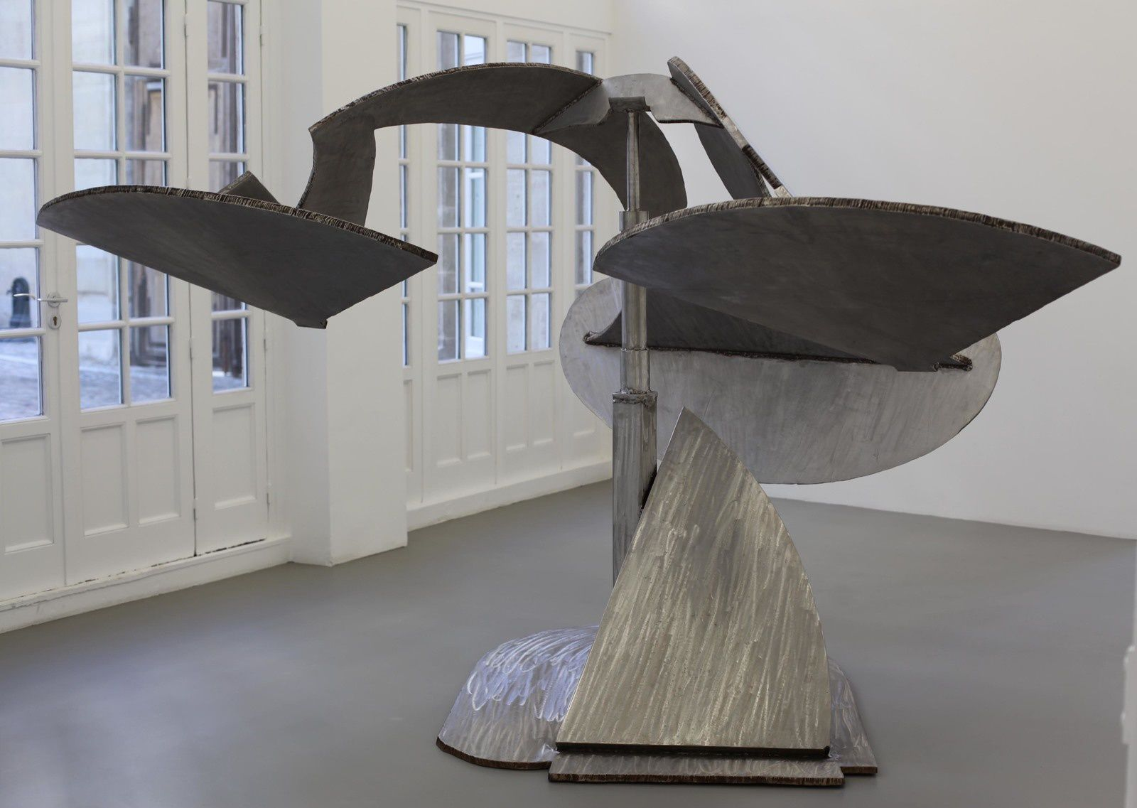 """Shooshine"", 2002 de Mark DI SUVERO - Courtesy Galerie Mitterand Paris © Photo Éric Simon"