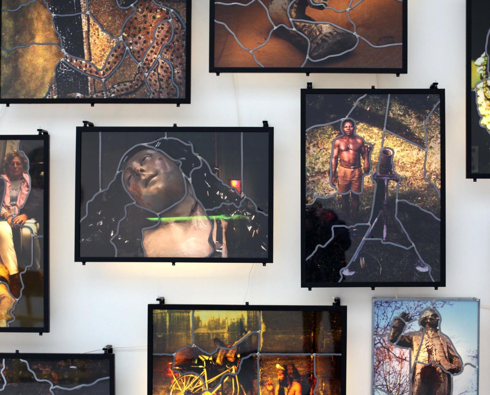 """""""Sculpture de martyre aux films"""", 2012 et """"Soldat africain"""", 2012 de SARKIS - Courtesy Galerie Nathalie Obadia © Photo Éric Simon"""