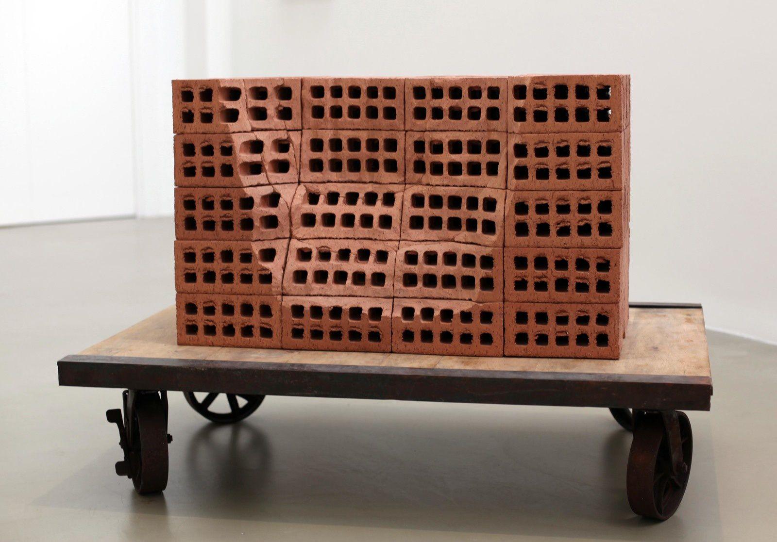 """A Pile of Bricks IV"", 2019 de Mona HATOUM - Courtesy Galerie Chantal Crousel © Photo Éric Simon"