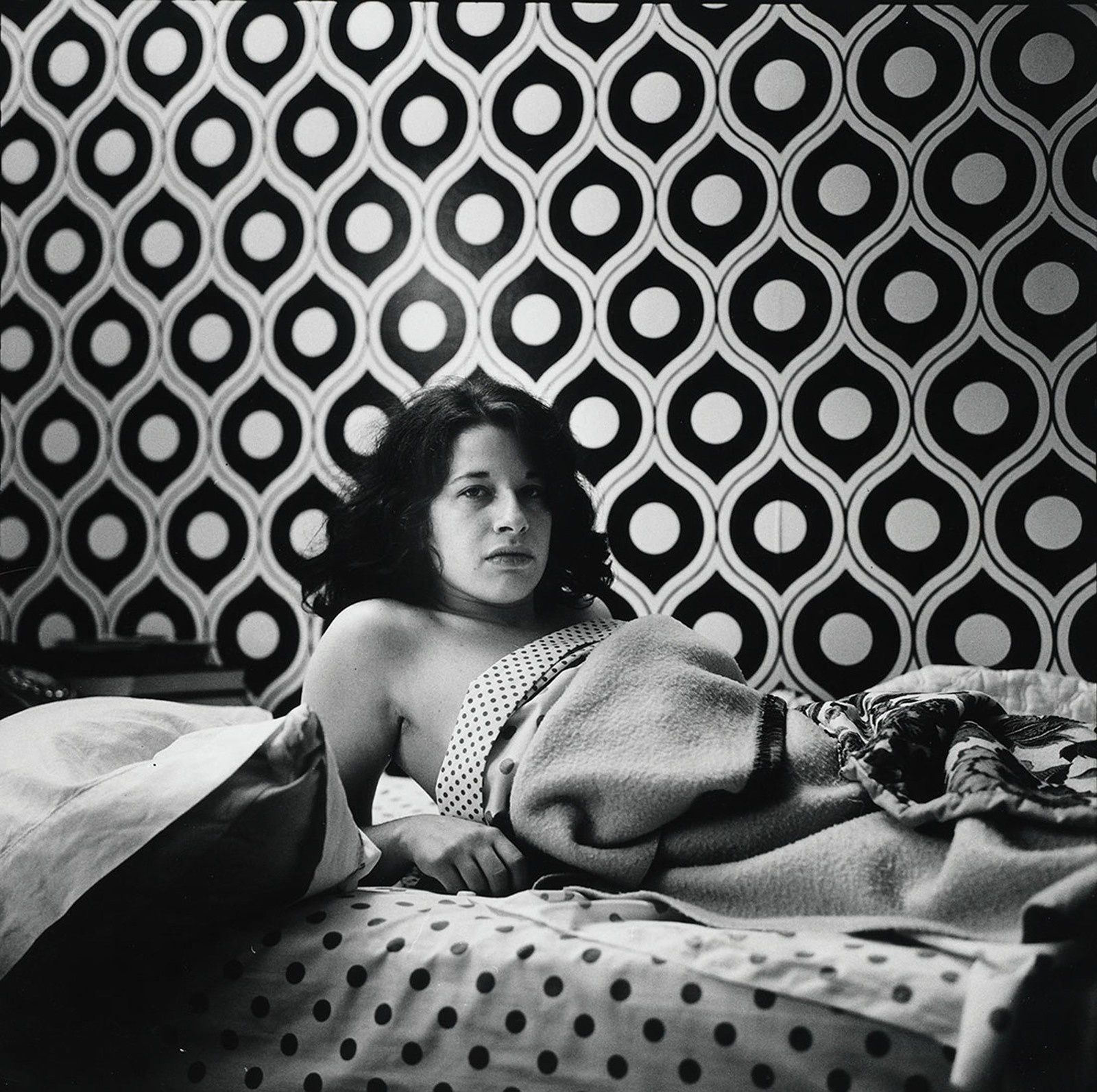  Fran Lebowitz at Home in Morristown, New Jersey 1974 Peter Hujar Tirage gélatino-argentique, The Morgan Library & Museum, achat en 2013 grâce au Charina Endowment Fund © Peter Hujar Archive, LLC, courtesy Pace/MacGill Gallery, New York and Fraenkel Gallery, San Francisco.