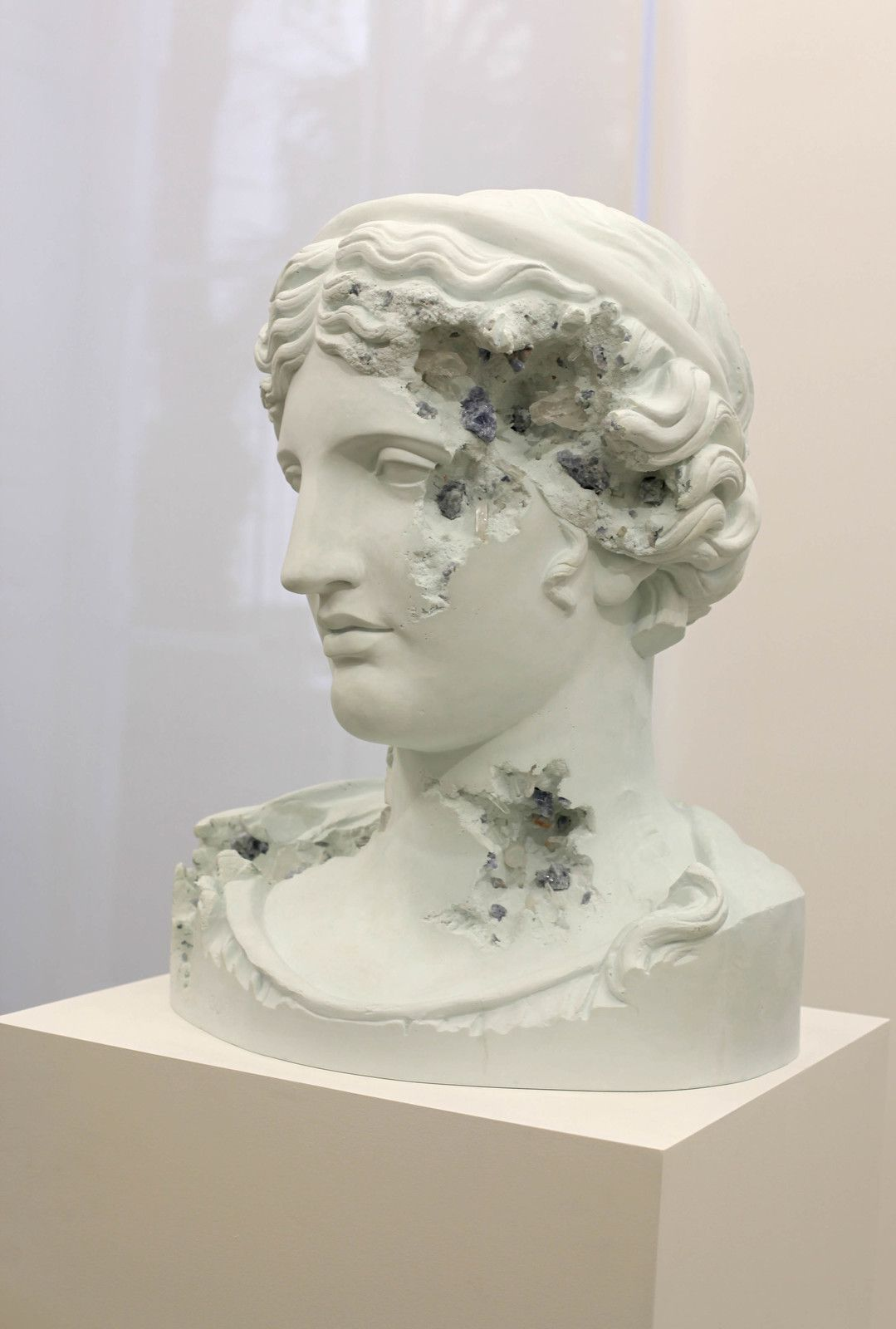 """Blue Calcite Eroded Melpomene"", 2019 de Daniel ARSHAM - Courtesy de l'artiste et la galerie Perrotin © Photo Éric Simon"