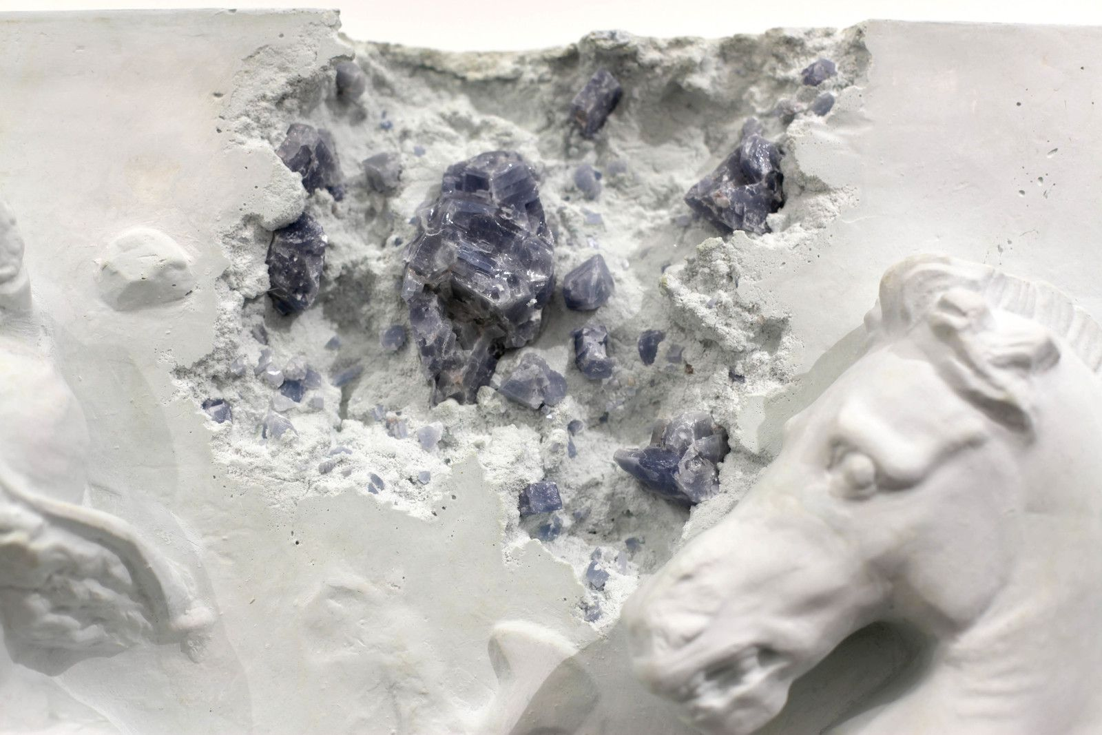"Détail ""Blue Calcite Eroded Sarcophagus with Nereids"", 2019 de Daniel ARSHAM - Courtesy de l'artiste et la galerie Perrotin © Photo Éric Simon"