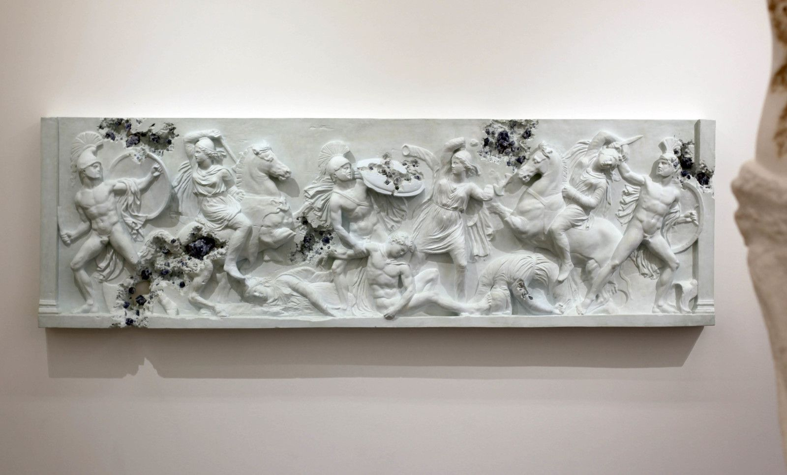 """Blue Calcite Eroded Sarcophagus with Nereids"", 2019 de Daniel ARSHAM - Courtesy de l'artiste et la galerie Perrotin © Photo Éric Simon"
