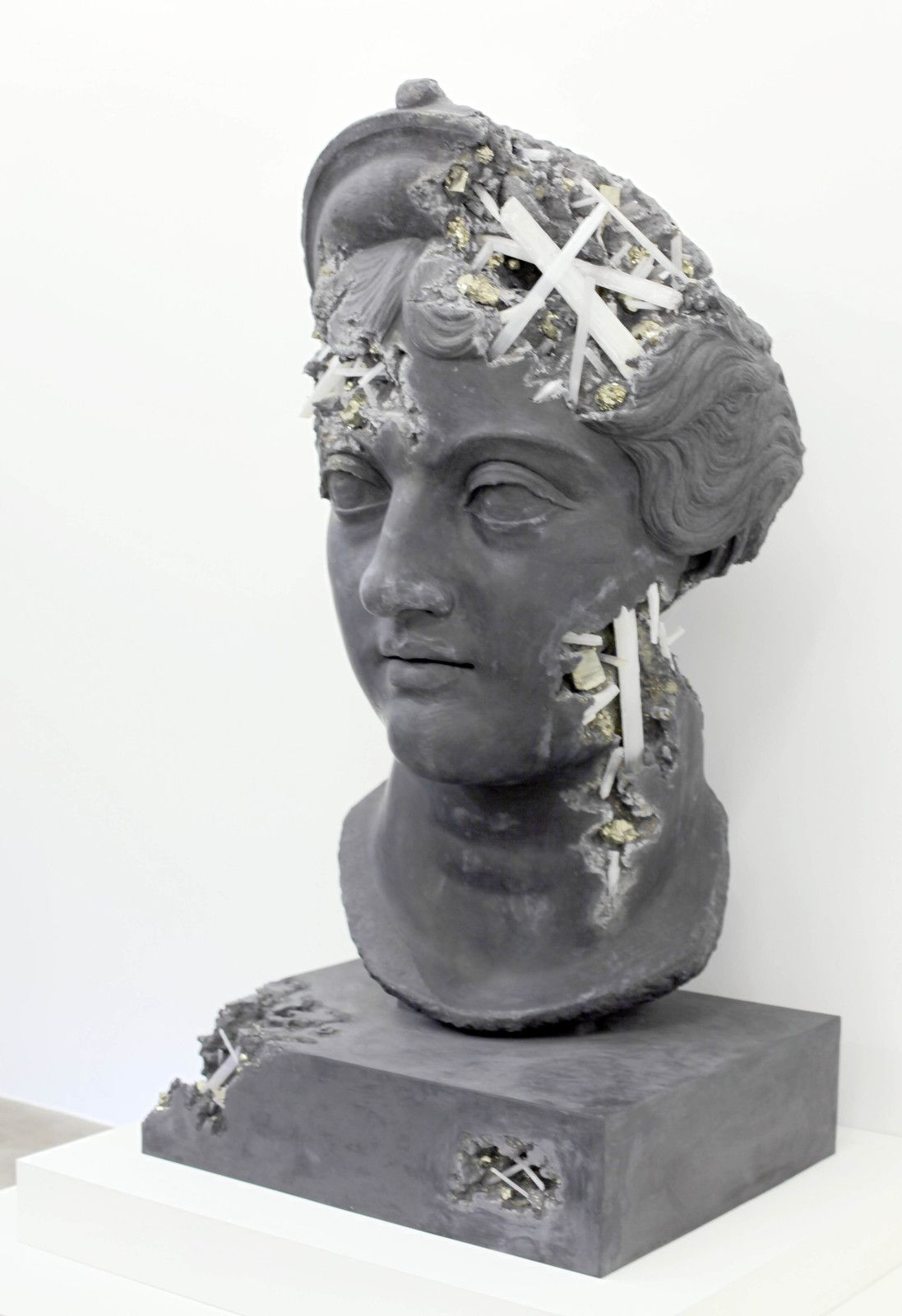 """Ash and Pyrite Erded Head of Lucille"", 2019 de Daniel ARSHAM - Courtesy de l'artiste et la galerie Perrotin © Photo Éric Simon"
