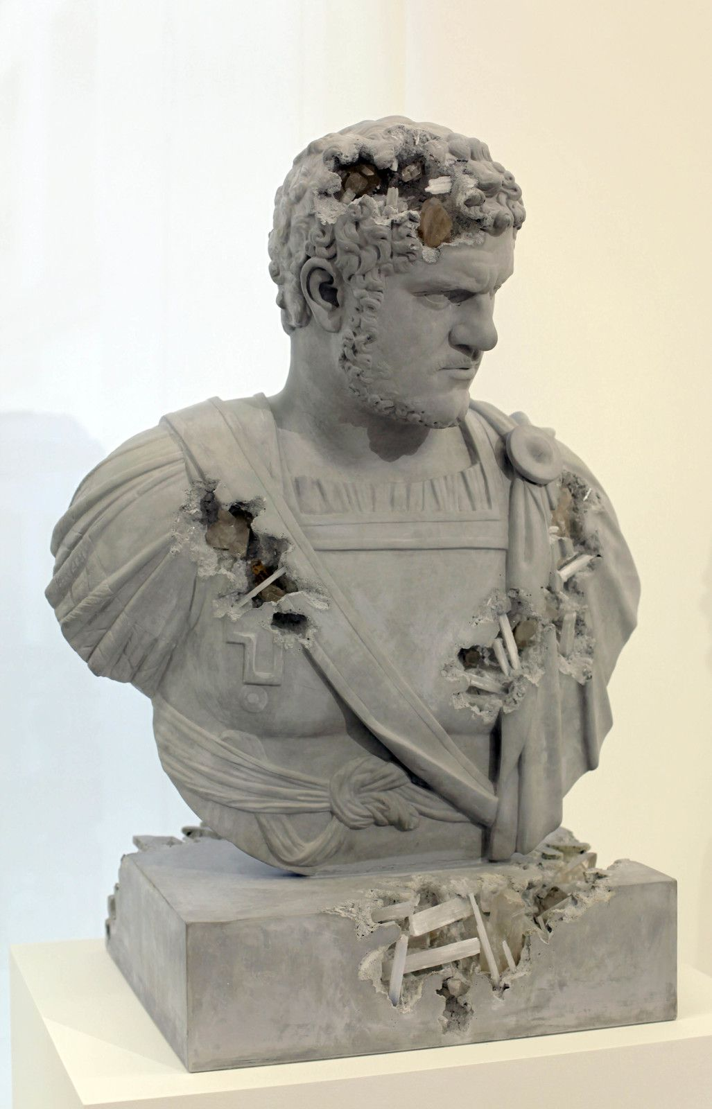 """Grey Selenite Eroded Bust of Caracalla"", 2019 de Daniel ARSHAM - Courtesy de l'artiste et la galerie Perrotin © Photo Éric Simon"