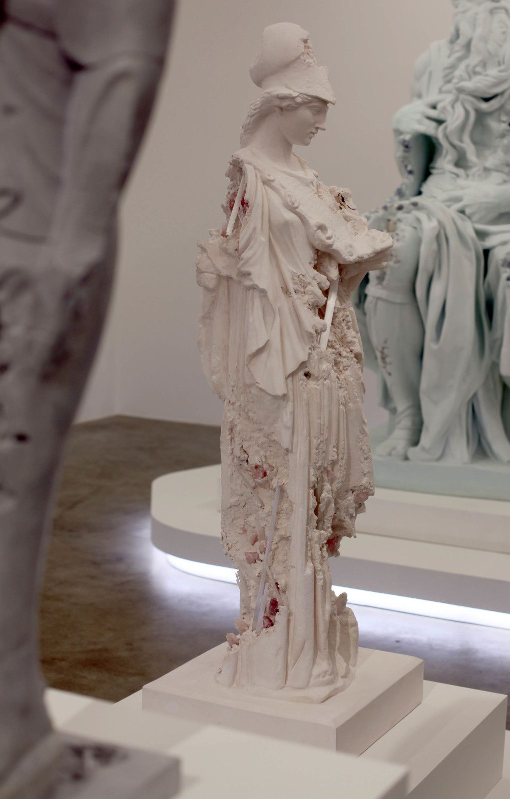"""Rose Quartz Eroded Athena Helmeted"", 2019 de Daniel ARSHAM - Courtesy de l'artiste et la galerie Perrotin © Photo Éric Simon"