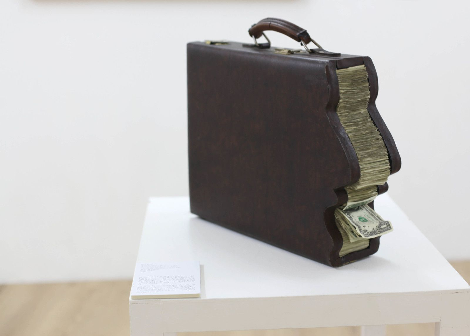 """Greedy man's briefcase (L'attaché case de l'homme avide)"", 2018 de ICY AND SOT - Courtesy de la Galerie Danysz - Paris © Photo Éric Simon"