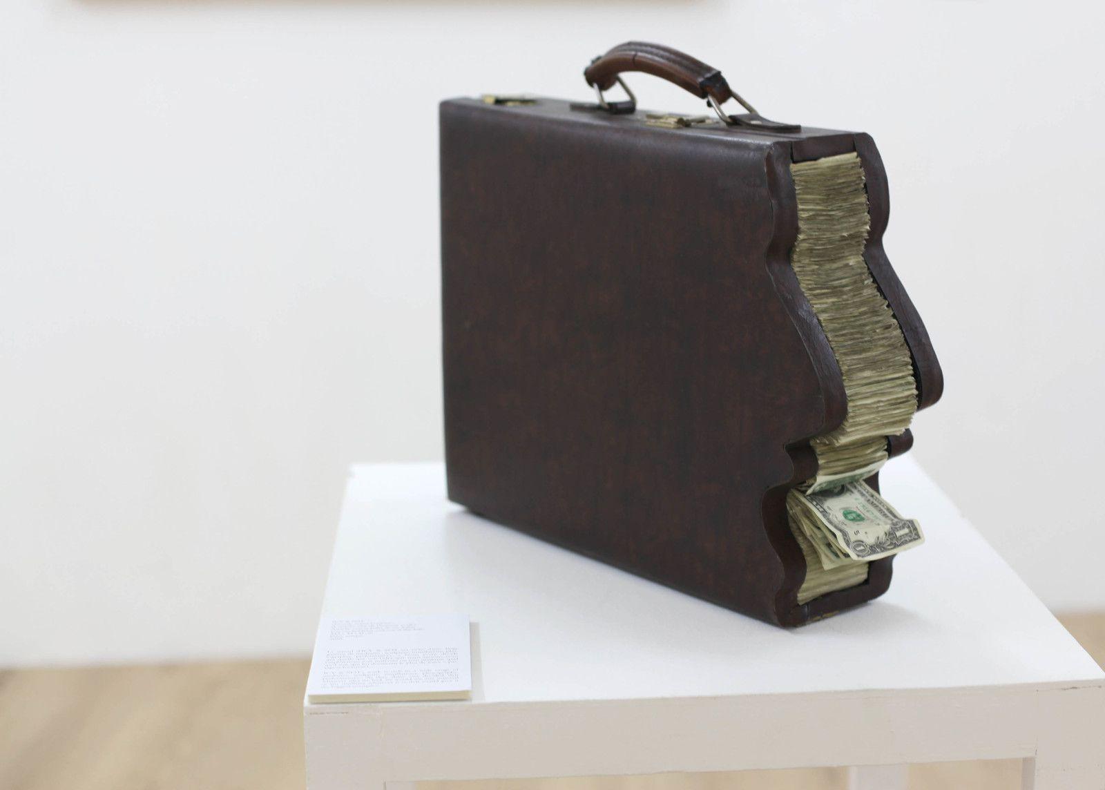 """""""Greedy man's briefcase (L'attaché case de l'homme avide)"""", 2018 de ICY AND SOT - Courtesy de la Galerie Danysz - Paris © Photo Éric Simon"""
