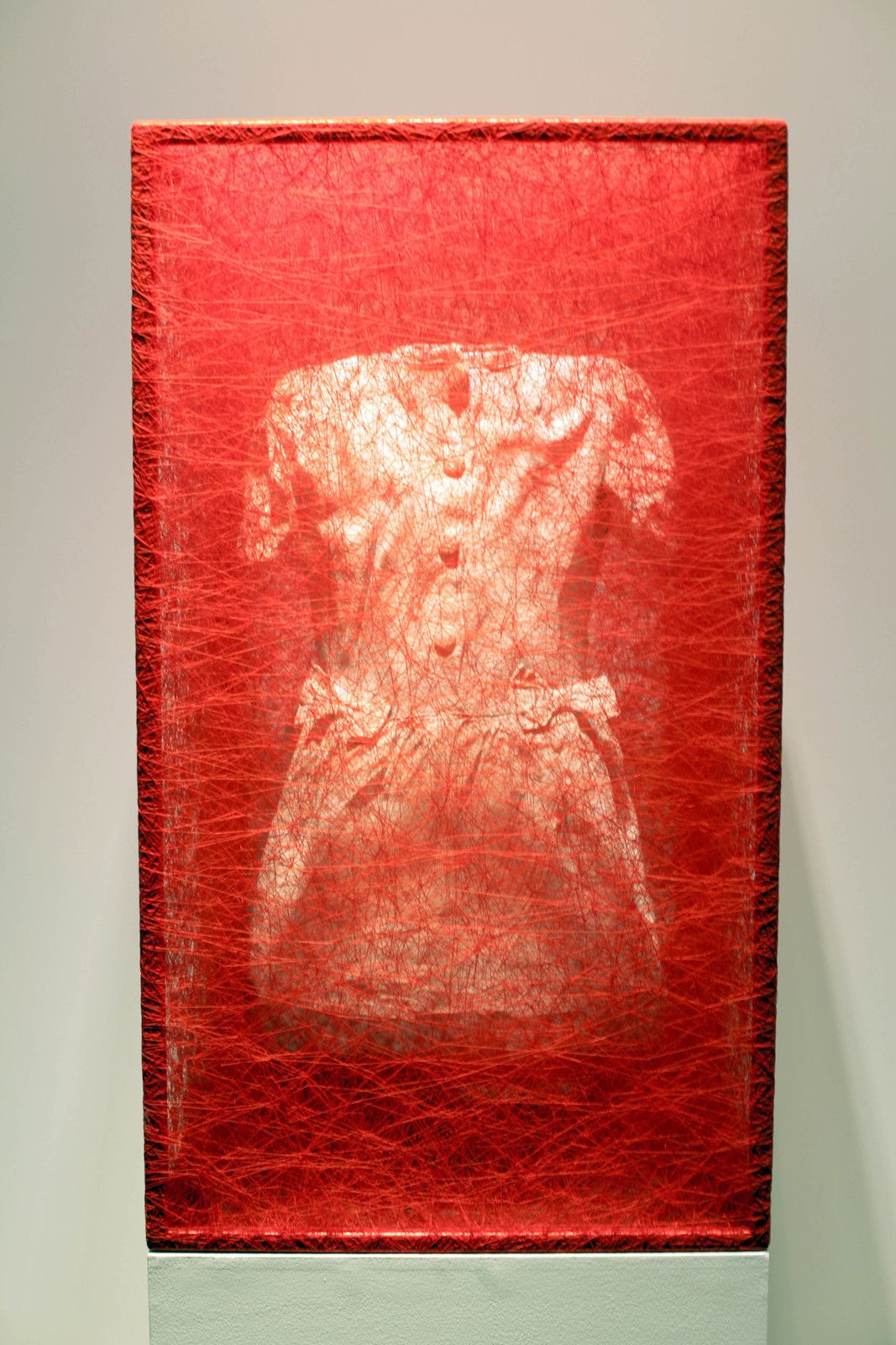 """State of Being (Dress), 2020 de Chiharu SHIOTA - Courtesy Galerie Templon Paris © Photo Éric Simon"