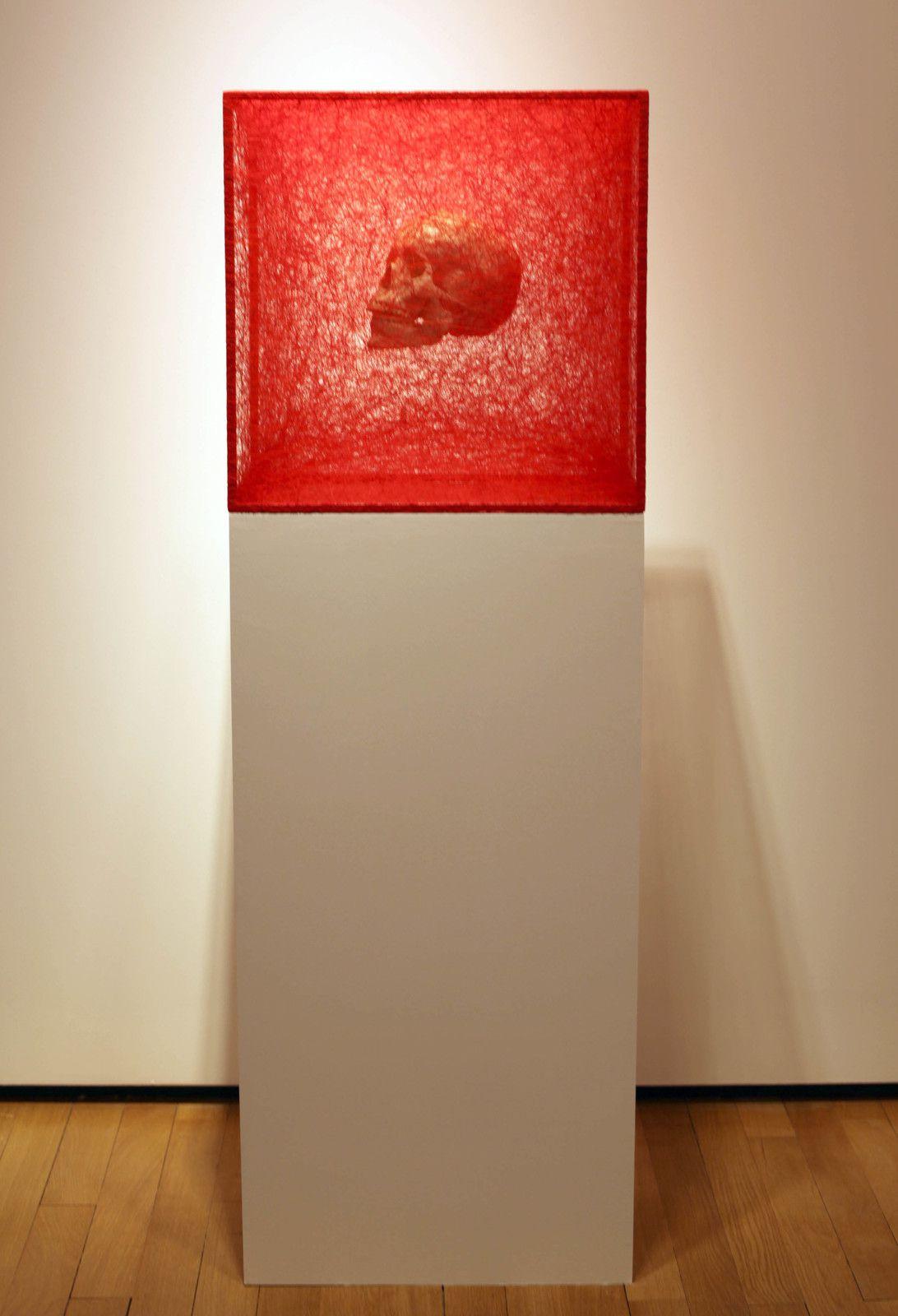 """State of Being (Skull), 2020 de Chiharu SHIOTA - Courtesy Galerie Templon Paris © Photo Éric Simon"