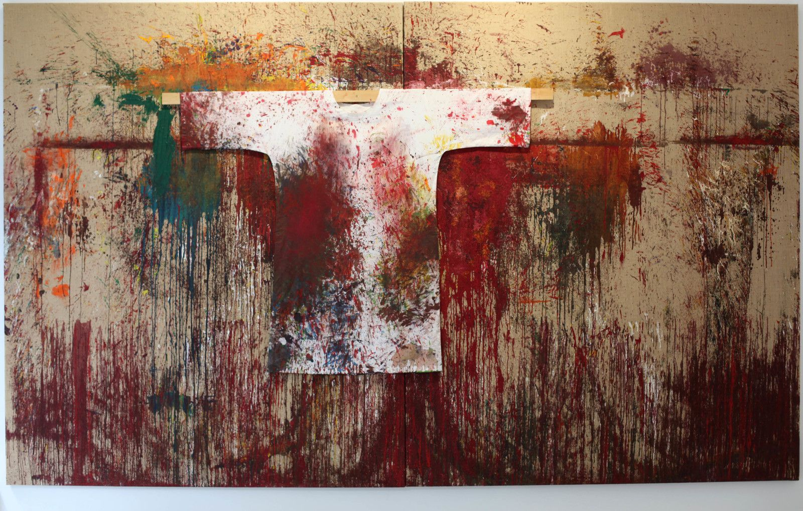 """""""Poured Painting with painter's smock"""", 2015 de Hermann NITSCH - Courtesy Galerie RX © Photo Éric Simon"""