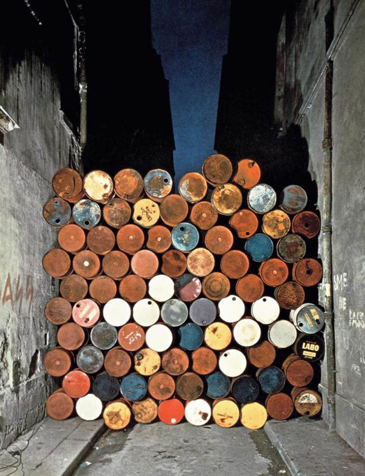 """""""Mur provisoire de tonneaux métalliques. Le Rideau de fer, rue Visconti, Paris, 27 juin 1962"""" de CHRISTO et JEANNE-CLAUDE - Courtesy Centre Pompidou"""