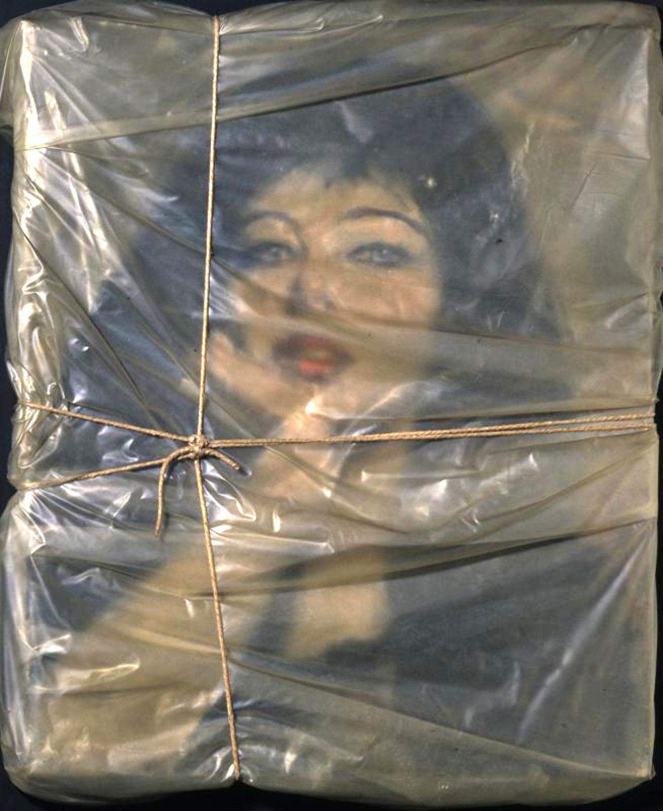 """""""Wrapped Portrait of Jeanne-Claude"""",  1963 de CHRISTO et JEANNE-CLAUDE - Courtesy Centre Pompidou"""