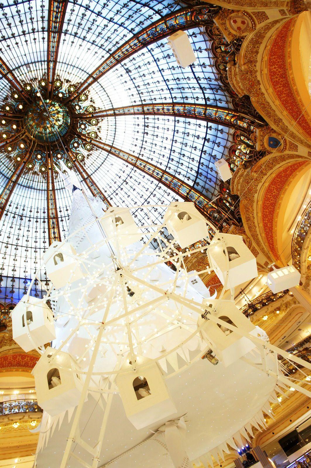 Le faste des Galeries Lafayette... et leur open bar vraiment open puisqu'il se trouve sur le toit. Entre deux articles impayables, j'y ai rencontré le Père Noël, le vrai.