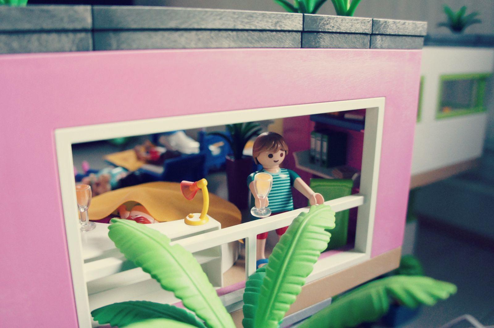Dans une grande caisse: personnages et accessoires en attente d'un rôle dans le scénario du jour.