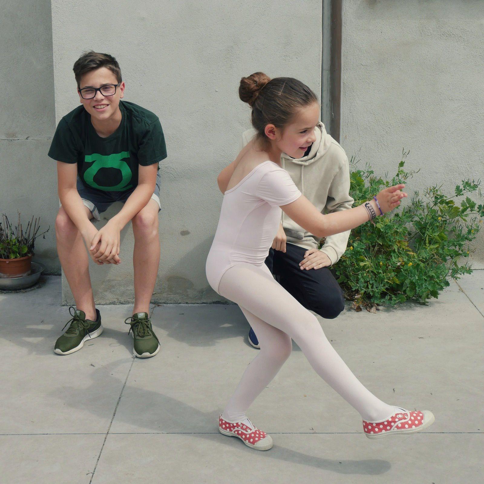 Thaïs après un cours de danse, en mode Je fais un spectacle pour mes grands frères...