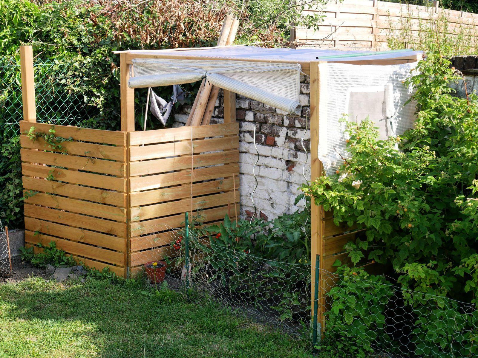 L'enclos pour le compost et l'abri pour les tomates. On va laisser le lierre recouvrir les planches et le tailler de temps en temps.
