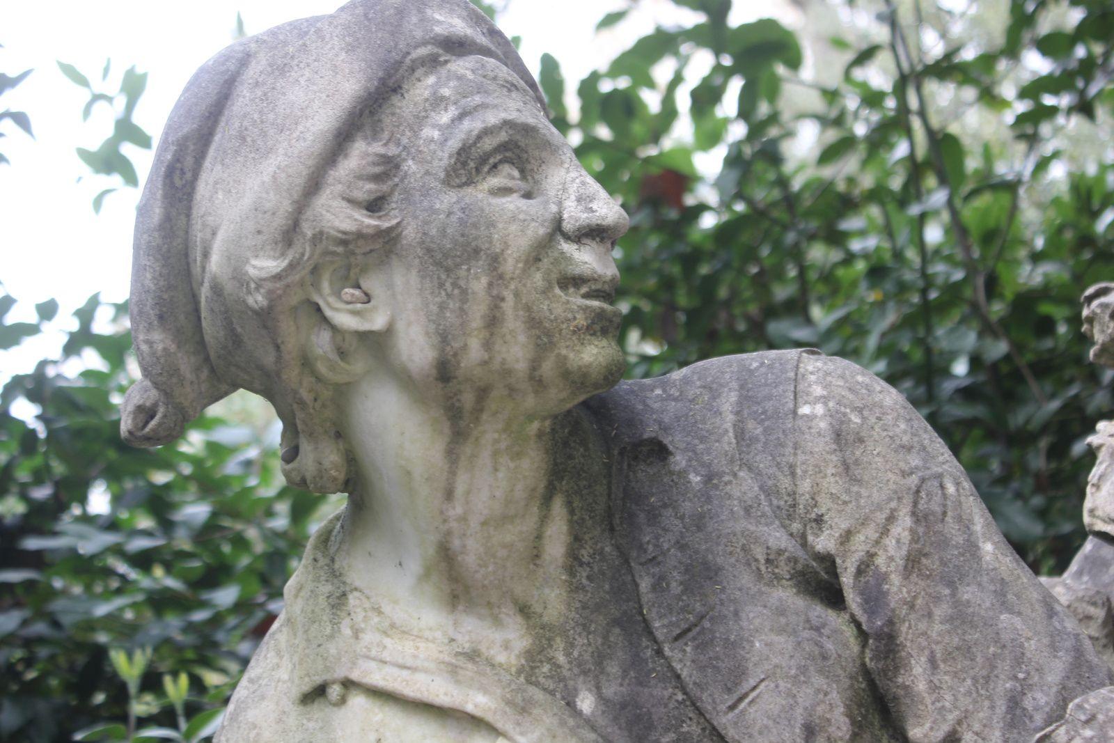 """Le """"Saccomazone"""". Mochi et Tadda. Pierre grise de Florence. 1618. la """"Pentolaccia"""". Giovani Battista. 1780. Marbre blanc."""