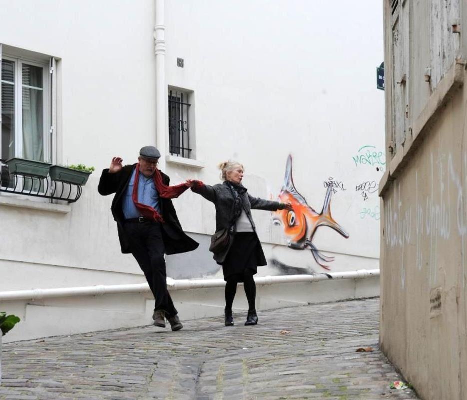 """Une photo du film """"Week-end à Paris"""". Jim Broadbent et Lindsay Duncan rue du Chevalier de la Barre."""