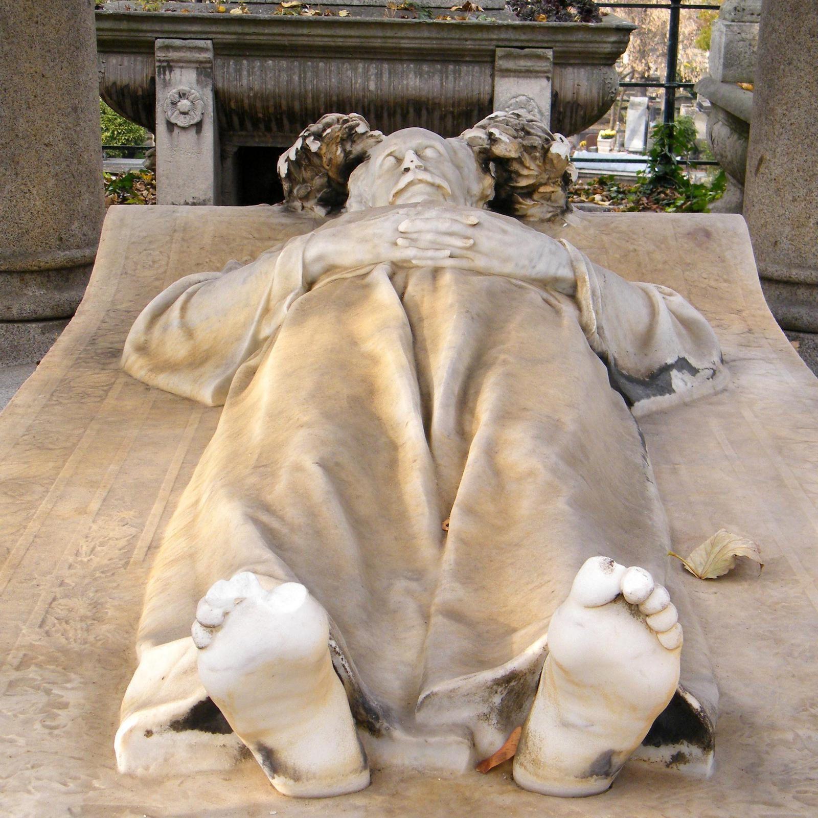 Sous les pieds d'Alexandre dont les admirateurs ont arraché quelques doigts, une plaque rappelle la présence de sa dernière femme, Henriette Escalier (Régnier) morte en 1915.