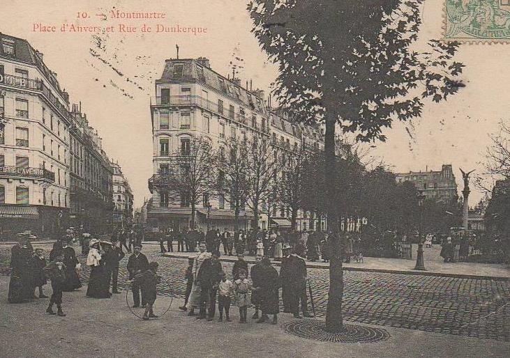 On voit ici le square et la rue de Dunkerque. Le café des Oiseaux apparaît tel que l'a connu Breton.
