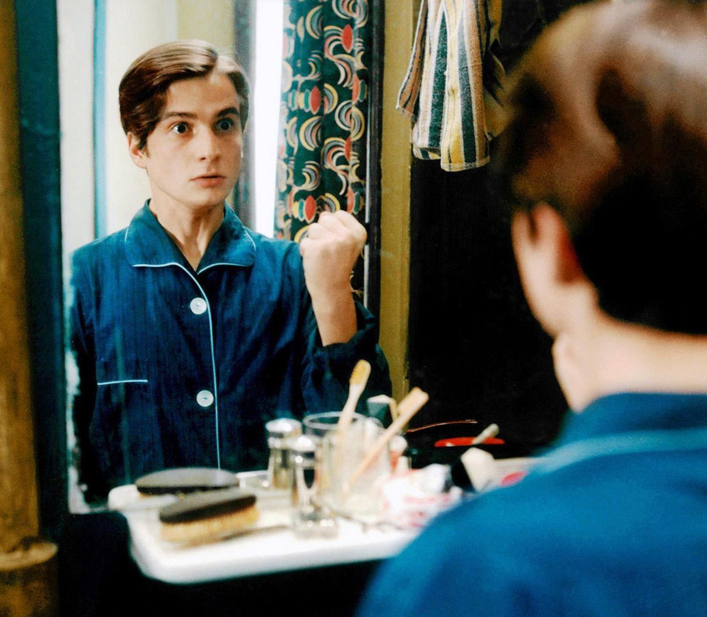Jean-Pierre Léaud (Antoine Doinel) Baisers Volés. Devant le miroir....