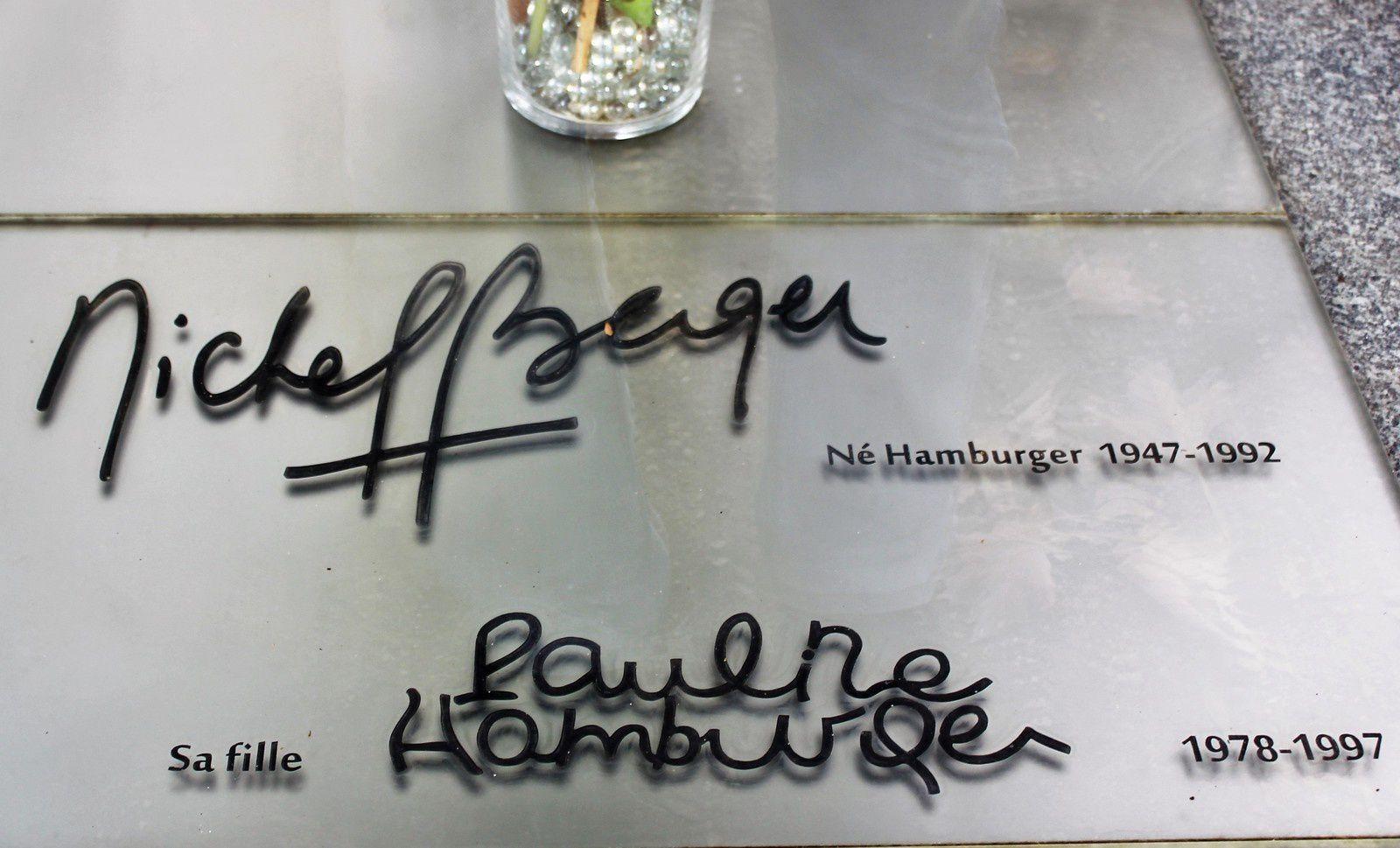 2015. La plaque de verre avec la signature de Michel Berger et de sa fille a été posée sur le marbre gris et triste.