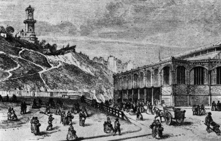 La tour vue depuis la place Saint-Pierre et la halle du marché.