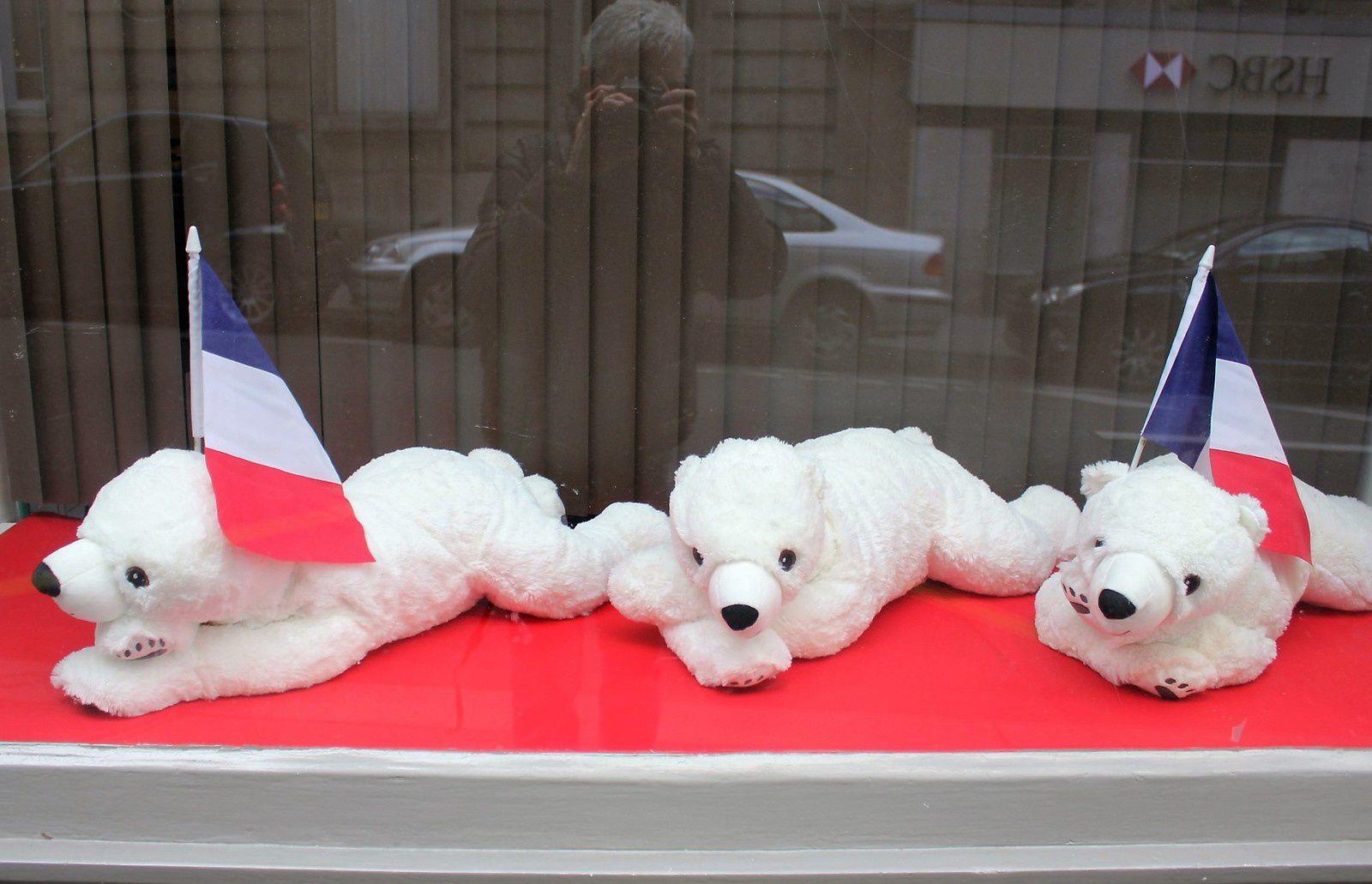 Dans la vitrine du 45 quelques oursons patriotes!