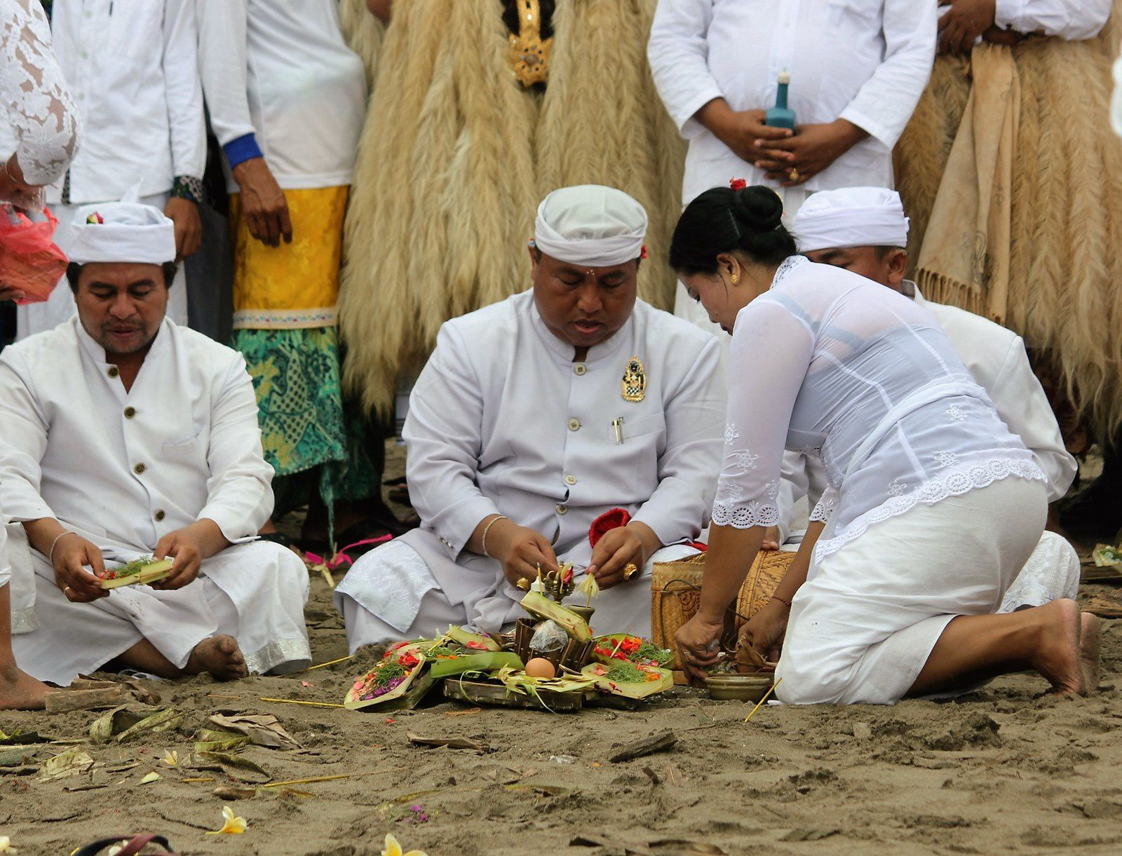 Seminyak. Melasti sur la plage. Ceremonie.