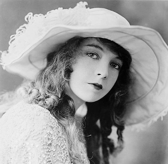 Lilian Gish joue Camille, la Dame aux Camélias dans la mise en scène  de Robert Edmond Jones.