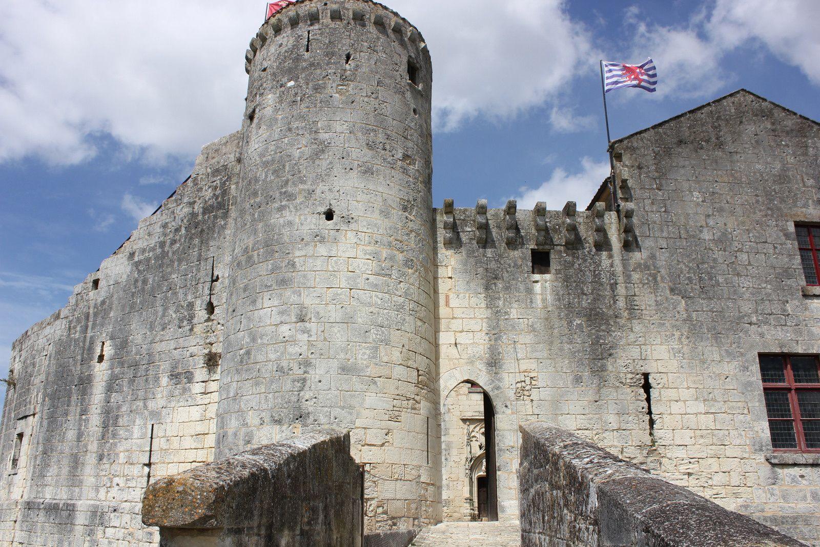 Chateau de Saint Jean d'Angle. Charente maritime. Mélusine.