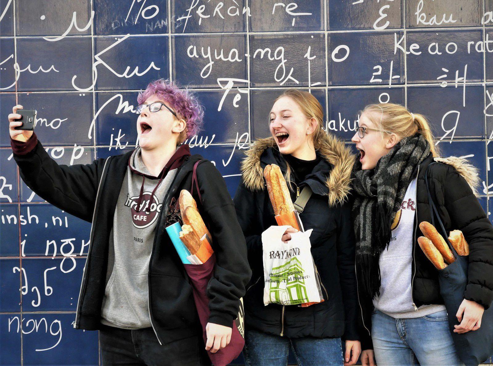 """21 février. Mur des """"Je t'aime"""" square Jehan-Rictus. Les joyeuses touristes dévoreuses de baguettes!"""