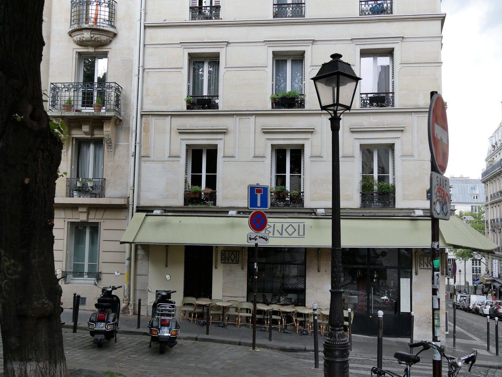 Immeuble à l'angle de la rue Dancourt et de la place Dullin;