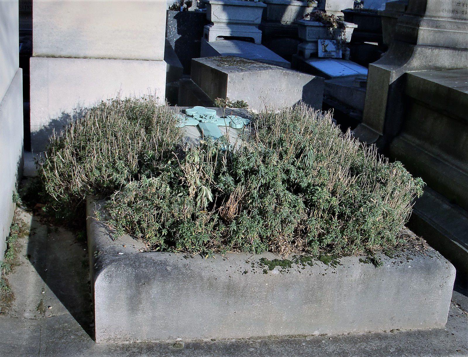 La tombe d'Yvette Guilbert, section 94 au Père Lachaise. Quasi abandonnée!